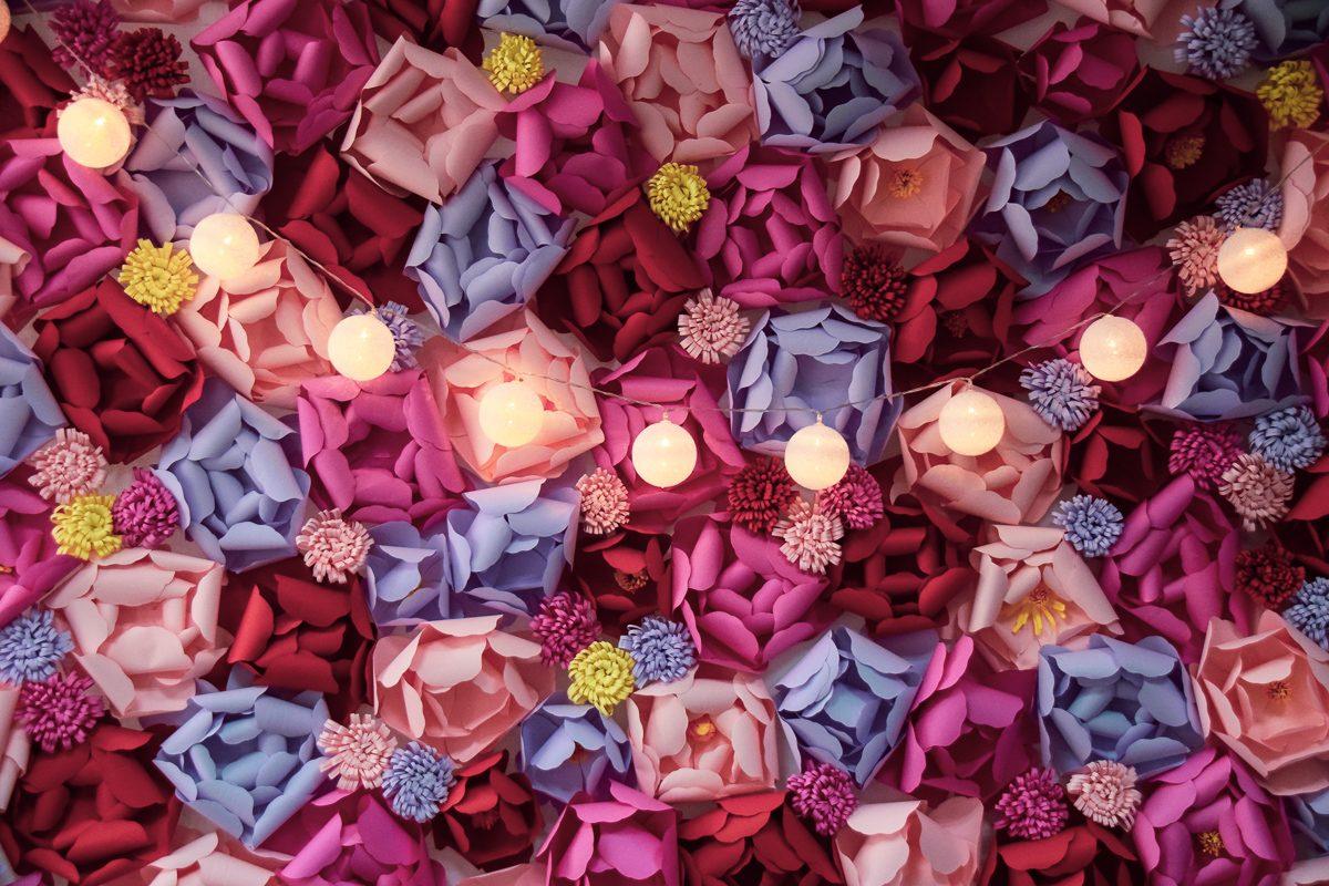 Peretele cu flori colorate creat 80% cu matrite Sizzix